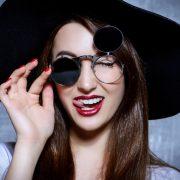 phụ nữ đeo kính râm