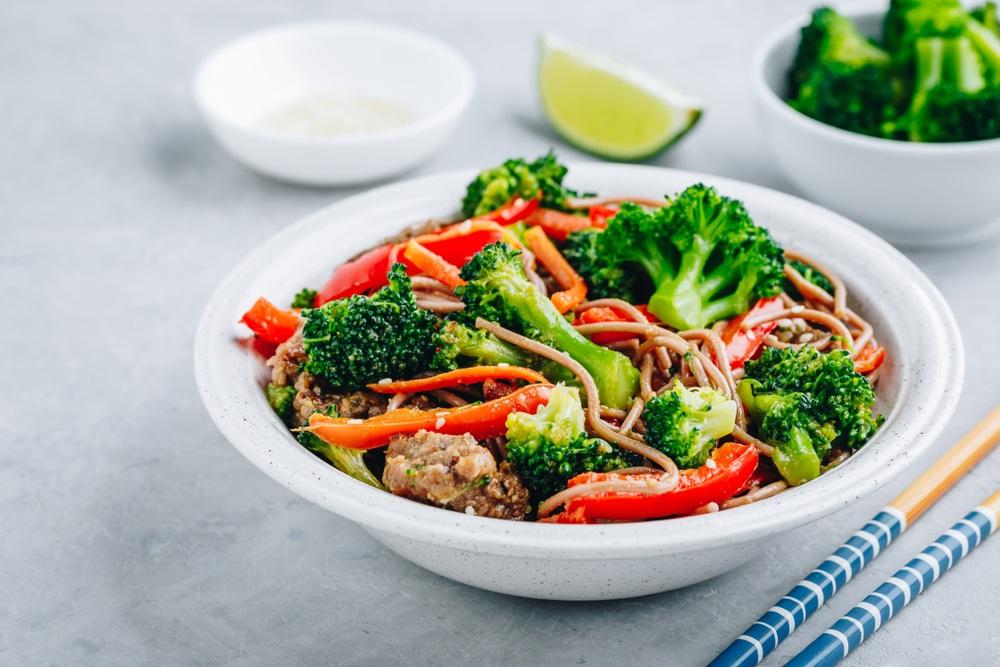 Ớt chuông với salad bông cải xanh