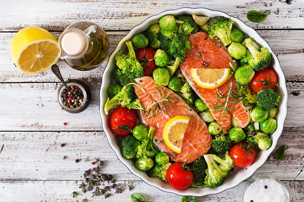 Cá hồi với bông cải xanh