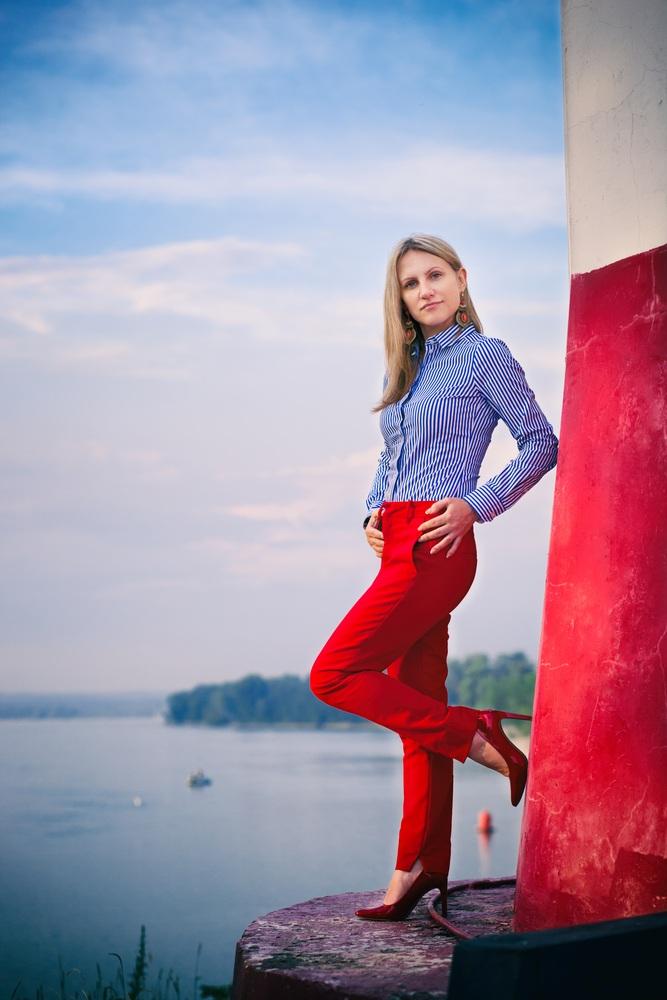 Quần đỏ cạp cao và áo xanh