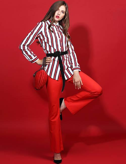 Quần đỏ và áo sọc